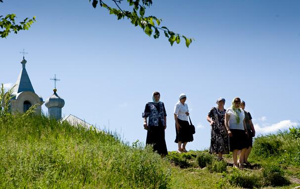 Woman at the Tipova Monastry in Moldova, Photo: Thomas Alboth