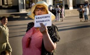 Babushka offering a room near Odessa railwaystation (Ukraine)