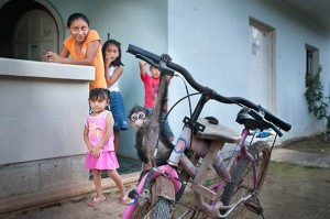 Mexico (Yucatan): Family with monkey in the Village San-Angel; Photo: Thomas Alboth