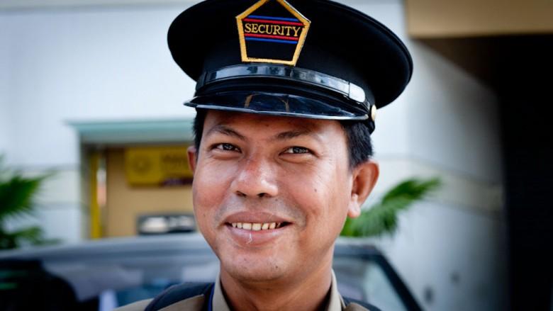 Burma (Myanmar): A smiling security guy in Yangon; Photo: Thomas Alboth