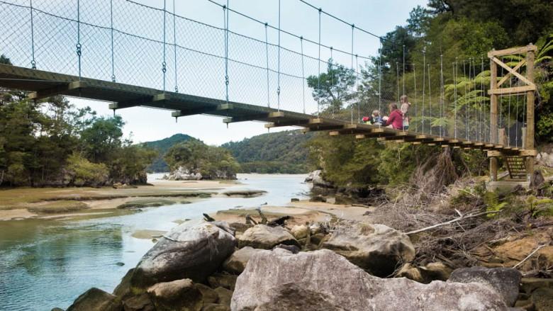 Abel Tasman National Park (New Zealand): On the swing bridge