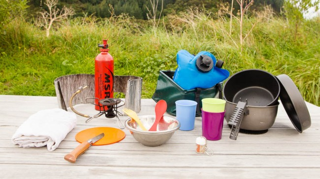 Cooking: Petrol stove, kitchen, water, dishes – Packlist for a family outdoor trip