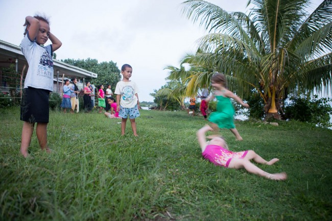 Tongatapu (Tonga): Our kids playing with Tongan children; Photo: Anna Alboth