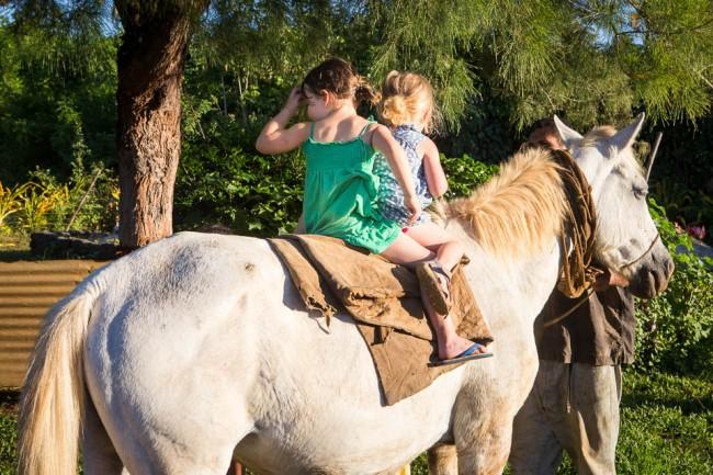 Eua (Tonga): Our girls on the horse; Photo: Thomas Alboth