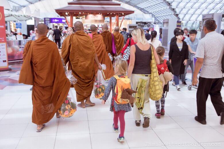 W Bangkoku na lotnisku czuć różnice kulturowe.