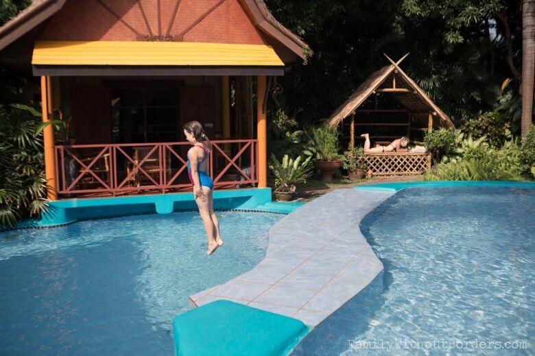 Nasza podróżniczka Hania zażyczyła sobie hotel z basenem. (Tajlandia, Thaton, Old Tree House)